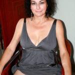 sous la robe d'une femme mature