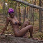 femme noire nue dans la foret
