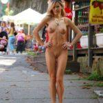 exhibe femme nue dans la rue