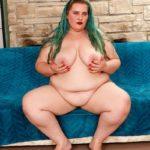 femme ronde aux cheveux verts